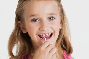 유아기부터 치실사용 습관을 길러주세요.